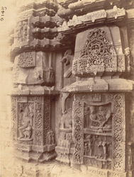 Close view of two sculptural niches north of the statue of Karttikeya, on the façade of the sanctuary of the Rajalinga Temple, Bhubaneshwar